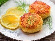 Кюфтета от бяла риба, картофи и яйца, оваляни в галета, печени в тава на фурна